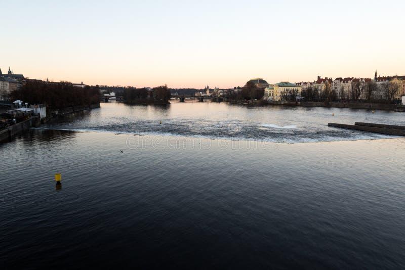 Rio de Praga durante o por do sol imagem de stock