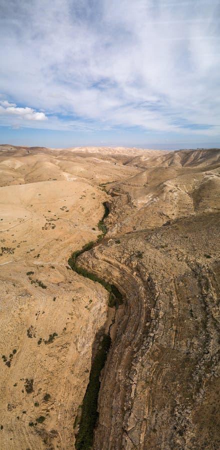 Rio de Prat em Israel Vale de Wadi Qelt no Cisjordânia foto de stock royalty free