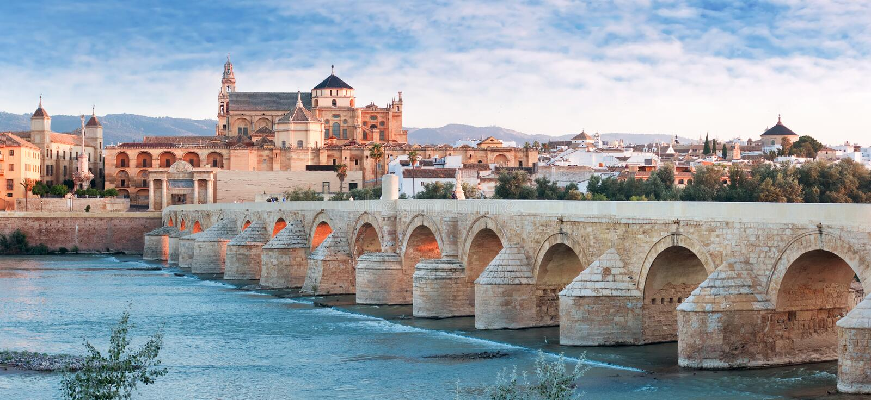 Rio de Roman Bridge e de Guadalquivir, grande mesquita, Córdova, Spai imagens de stock royalty free