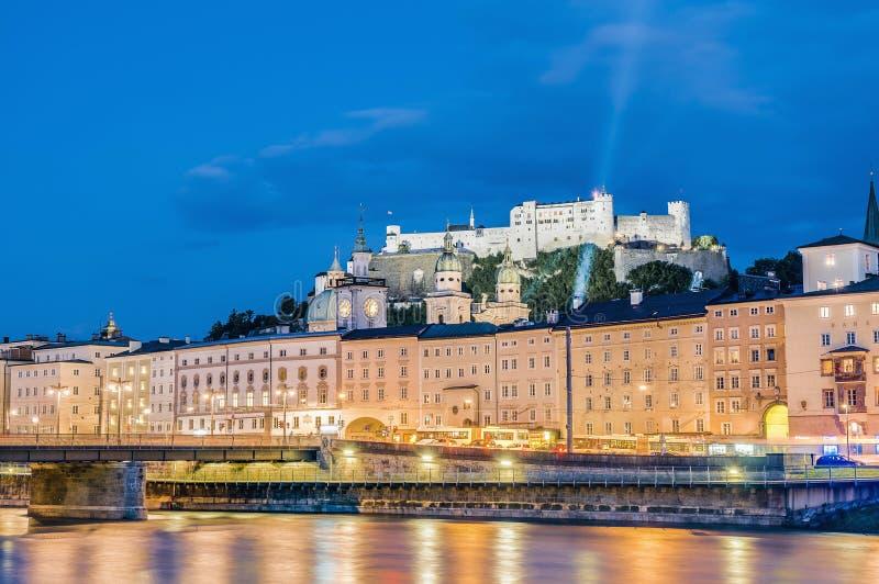 Rio de Salzach em sua maneira através de Salzburg, Áustria imagens de stock royalty free