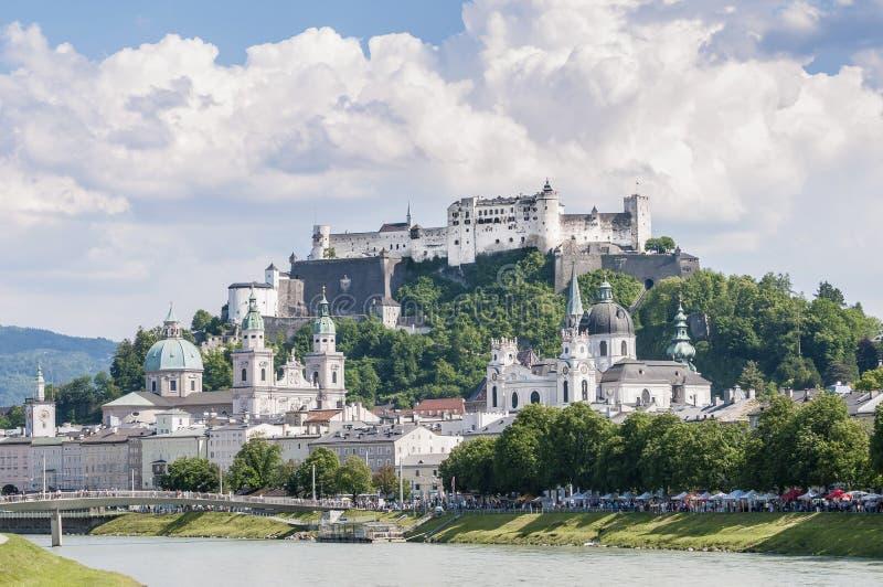 Rio de Salzach em sua maneira através de Salzburg, Áustria fotos de stock royalty free