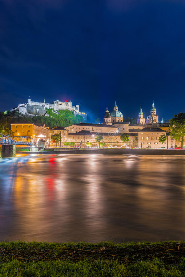 Rio de Salzach em sua maneira através de Salzburg, Áustria imagens de stock