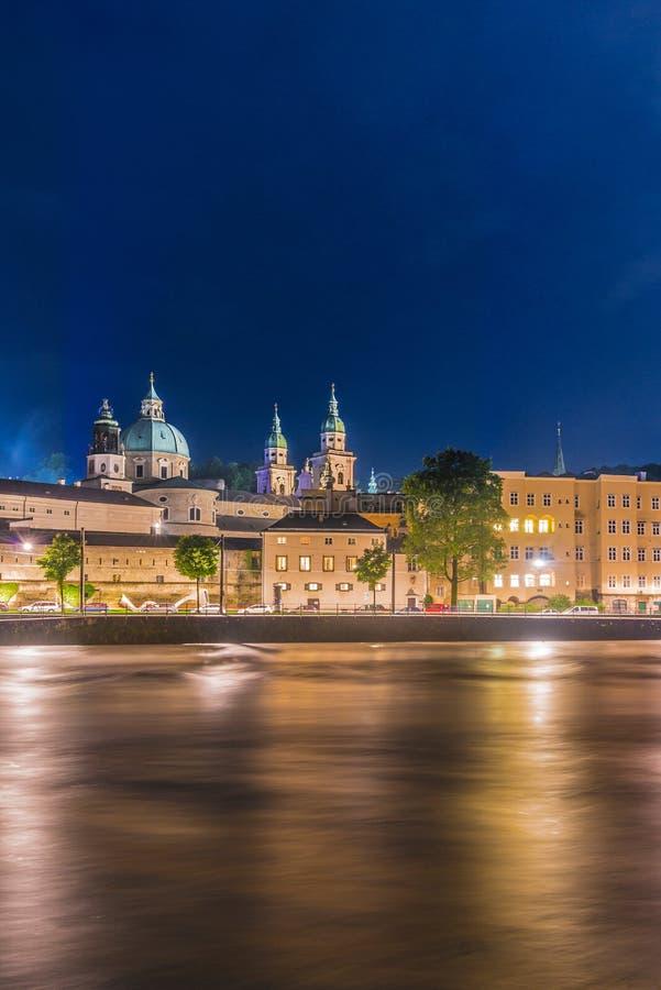 Rio de Salzach em sua maneira através de Salzburg, Áustria fotografia de stock