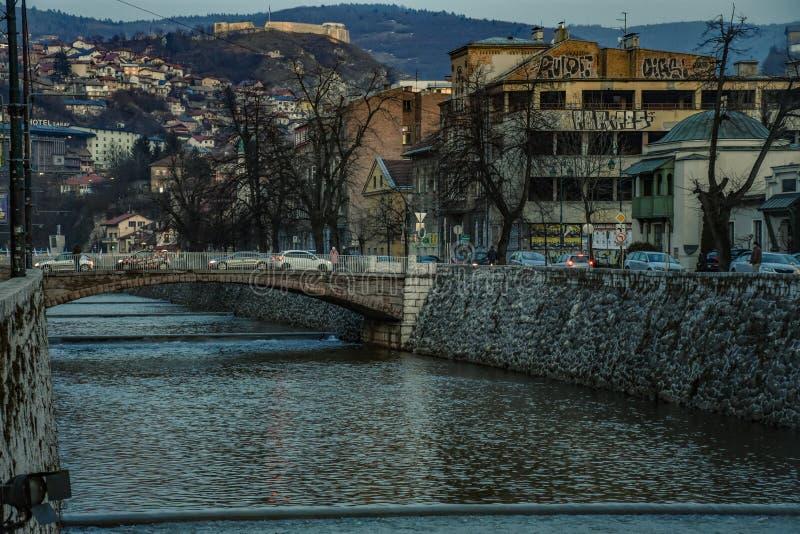 Rio de Sarajevo na cidade imagem de stock royalty free