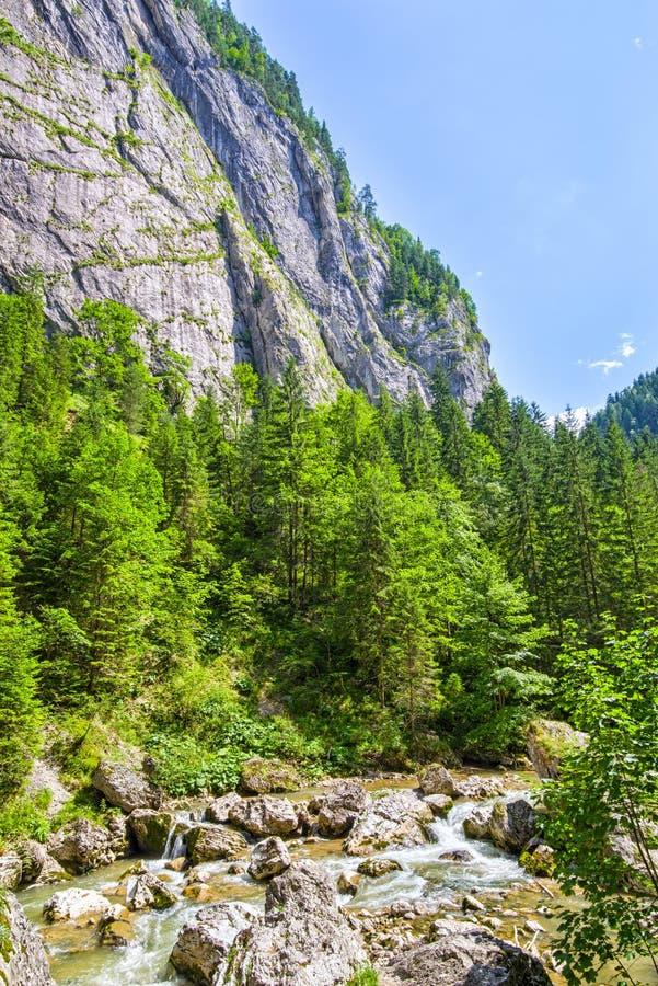 Rio de seda em montanhas rochosas fotografia de stock