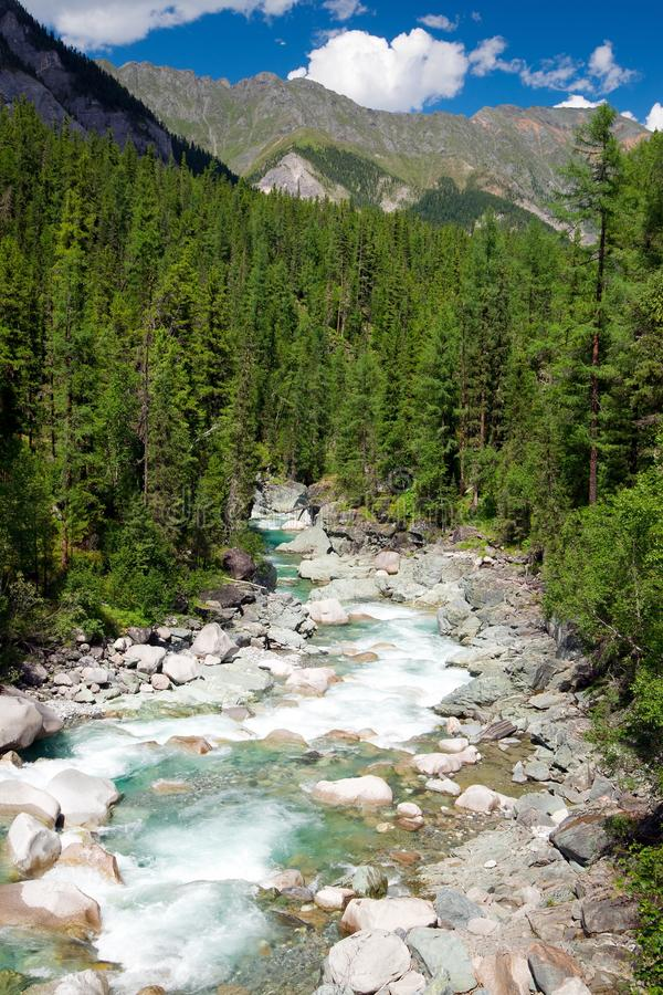 Rio de Sumak - montanhas sayan imagem de stock royalty free
