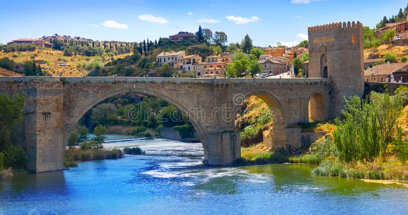 Rio de Tejo na ponte da cidade de toledo da Espanha fotografia de stock