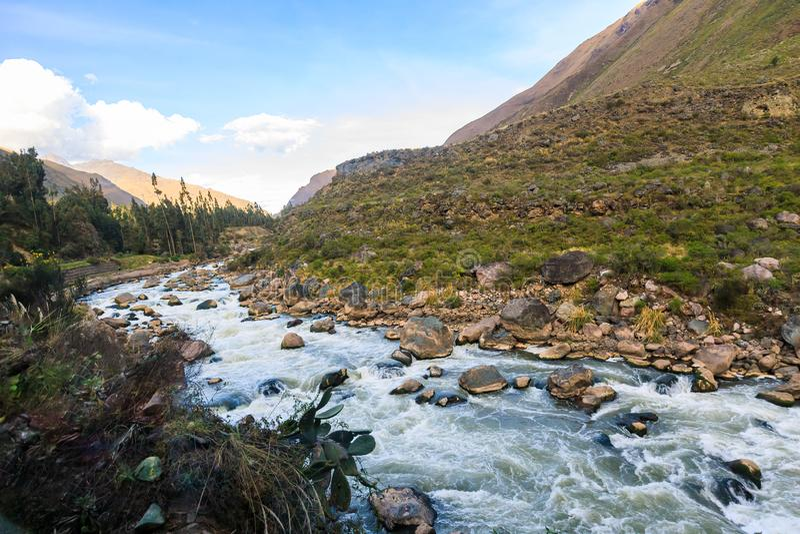 Rio de Urubamba que corre ao lado de Inca Trail a Machu Picchu, perto de Cusco, nos Andes do Peru imagens de stock royalty free
