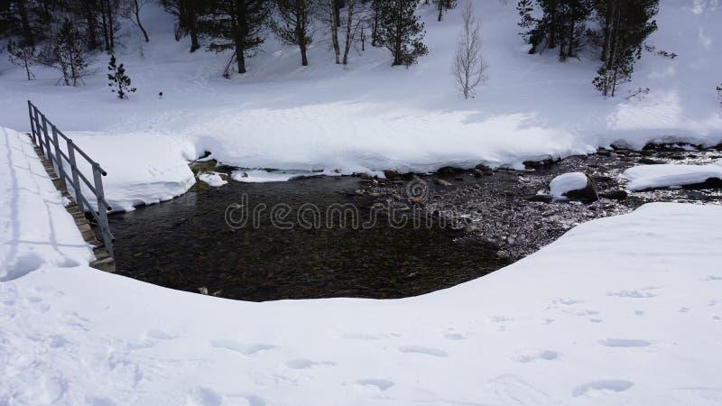 Rio dentro com neve foto de stock