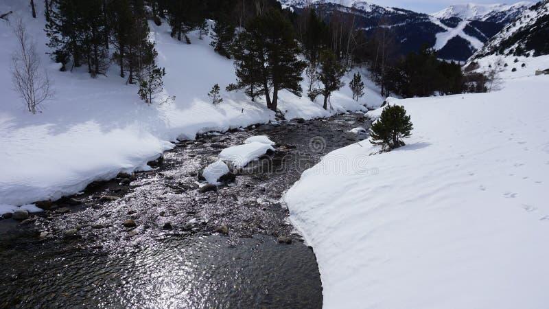Rio dentro com neve imagens de stock