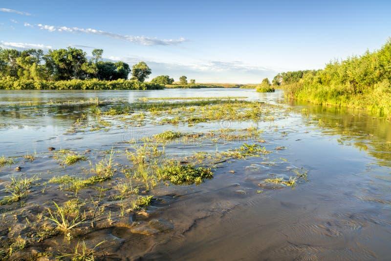Rio desânimo que meandra a calha Nebraska Sandhills foto de stock