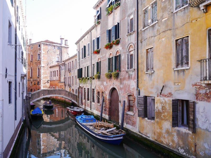 Rio di San Cassiano Canal avec des bateaux et de vieilles maisons médiévales à Venise photographie stock libre de droits