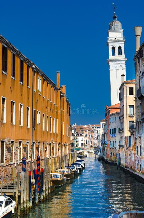 Rio di San Cassiano Canal avec des bateaux et des façades colorées de vieilles maisons médiévales à Venise images stock