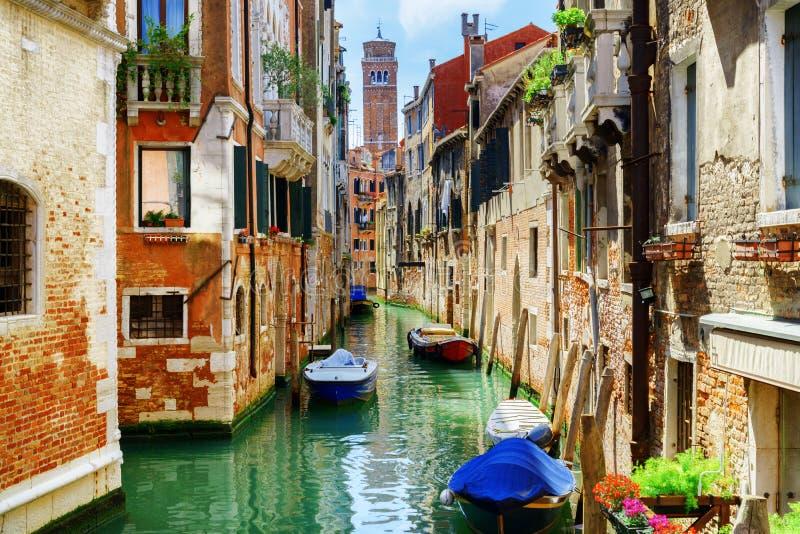 Rio di San Cassiano Canal avec des bateaux, Venise, Italie photographie stock