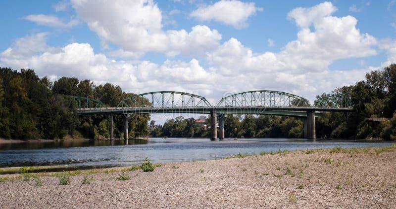 Rio do cruzamento da ponte do trilho fotografia de stock