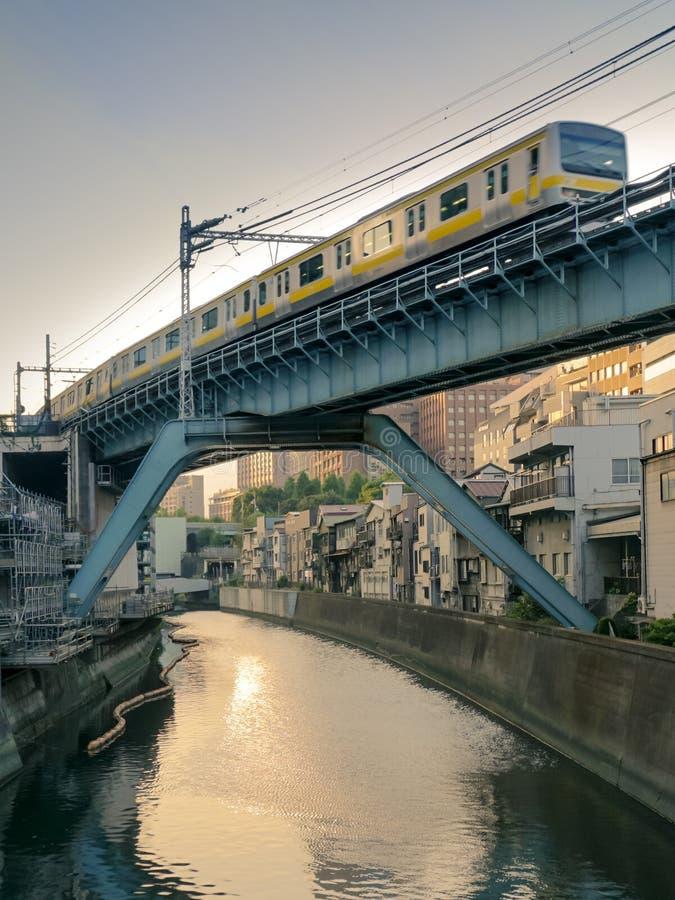 Rio do cruzamento do trem sobre uma ponte no Tóquio fotos de stock