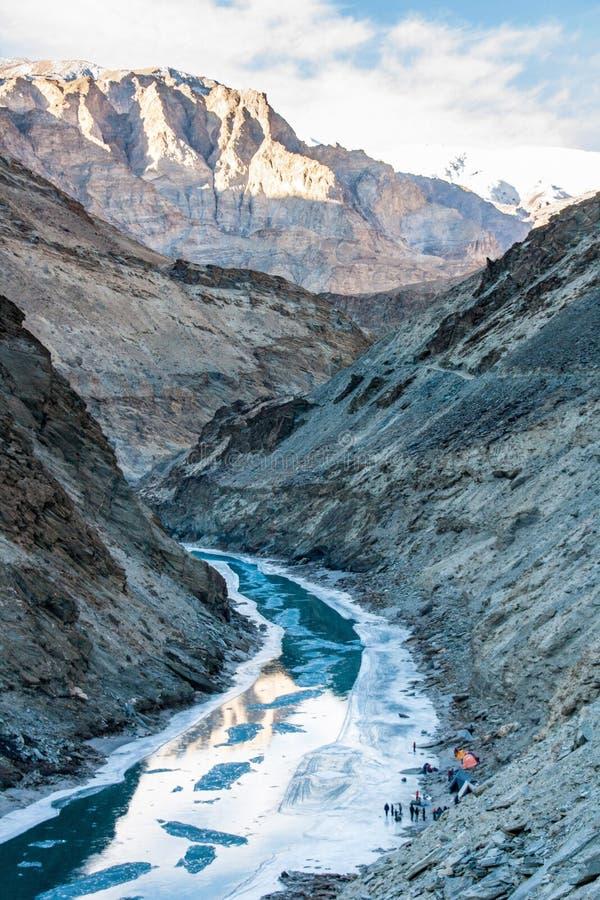 Rio do gelo Passeio na montanha de Chadar Vale de Zanskar Leh Ladakh imagem de stock royalty free