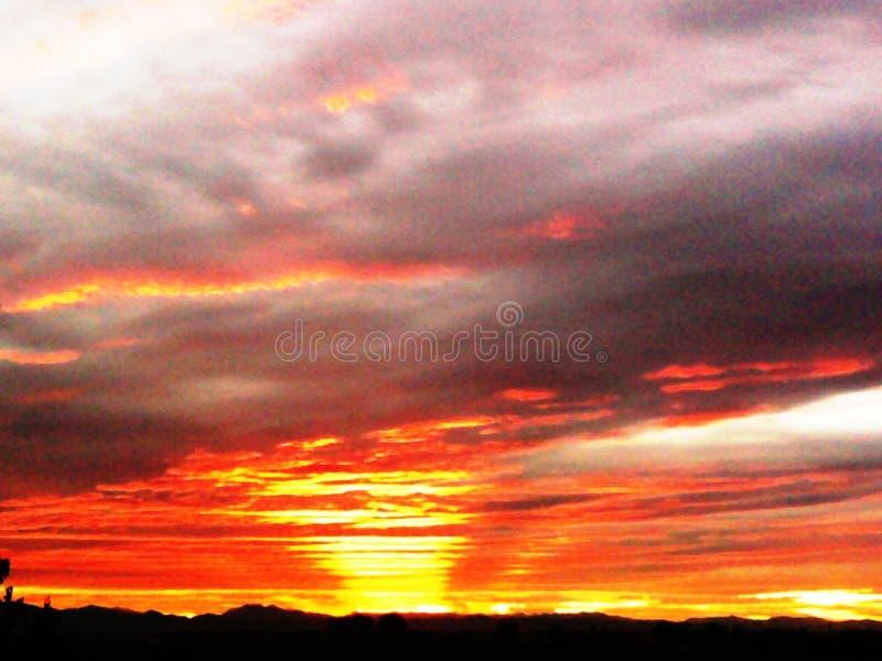 Rio do por do sol no céu fotos de stock