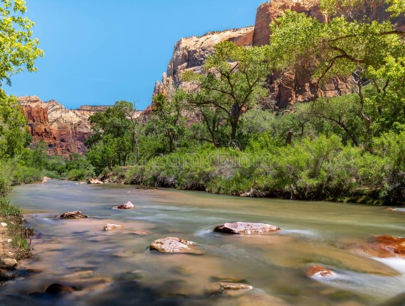 Rio do Virgin que enfrenta a montagem ocidental do parque do zionnational imagem de stock