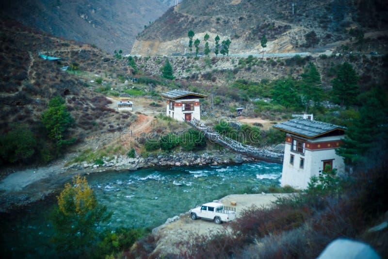 Rio e floresta nas montanhas Himalaya no Butão imagem de stock royalty free