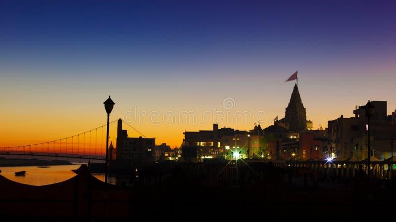 Rio e Krishna Temple Shree Dwarkadhish de Gomti fotografia de stock royalty free