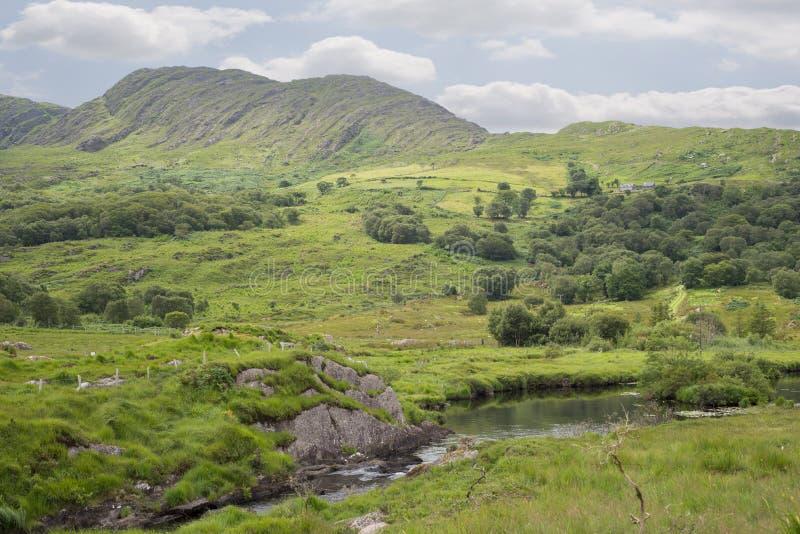 Rio e lago na maneira do Kerry foto de stock