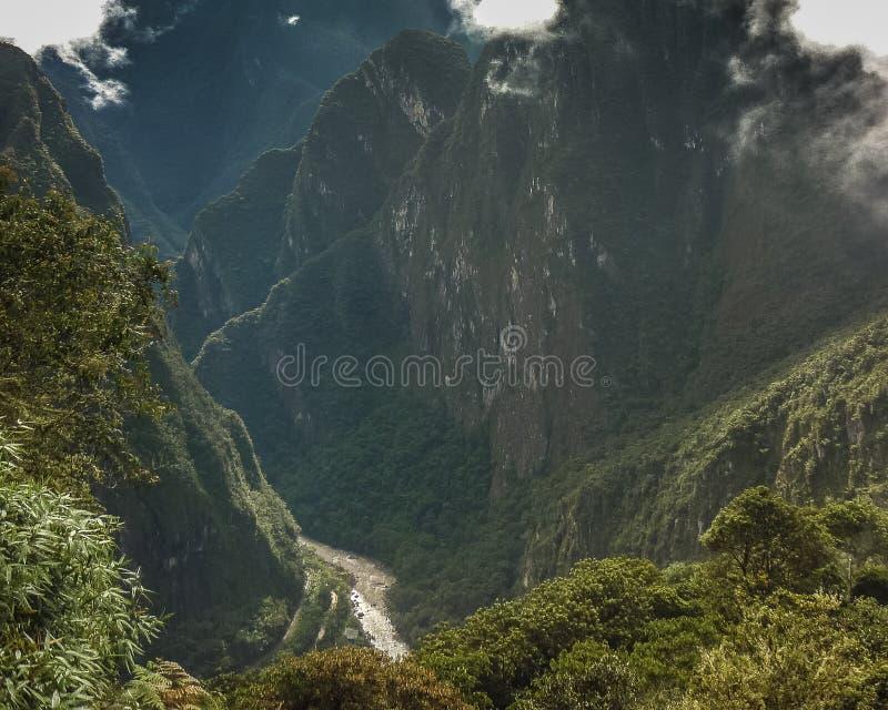 Rio e montanhas de Urubamba de Machu Picchu foto de stock