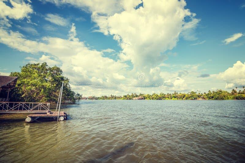 Rio e nuvem com casa e o porto velhos perto do rio imagens de stock