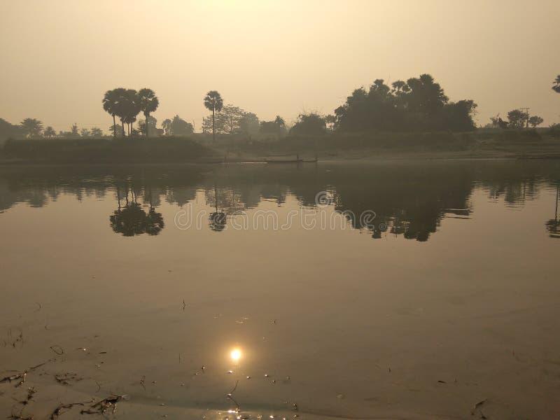 Rio e sol imagens de stock