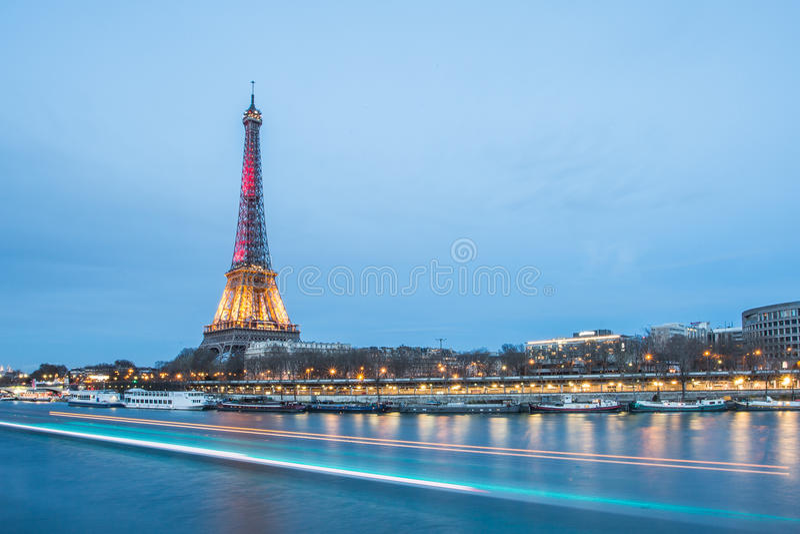 Rio e torre Eiffel de Seine fotografia de stock