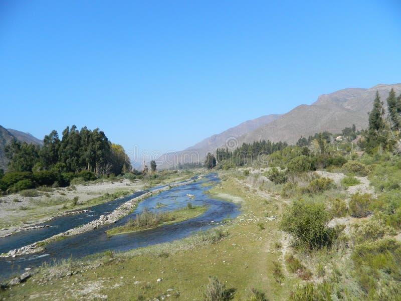 Rio Elqui een natuurlijk milieu met weinig water stock afbeeldingen