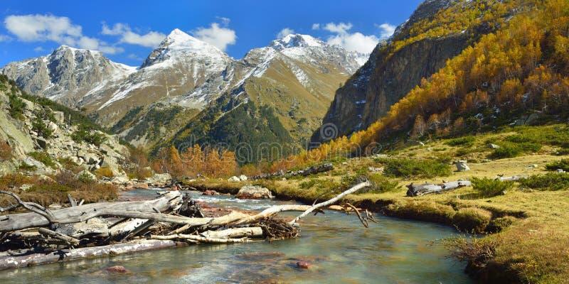 Rio em montanhas do outono fotos de stock royalty free