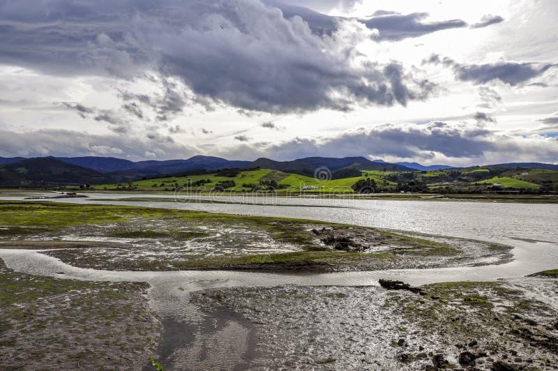 Rio Escudo y San Vicente de la Barquera, España foto de archivo libre de regalías