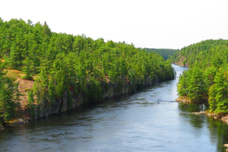 Rio francês de uma ponte de suspensão fotografia de stock