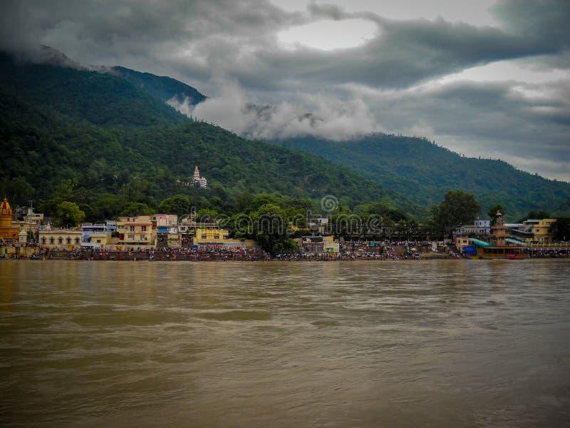 Rio Ganga largo em rishikesh na índia, rio Ganga com colinas e nuvens, vista do rio Ganga imagens de stock royalty free