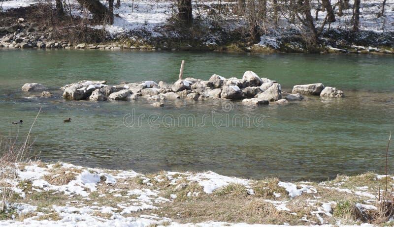 Rio gelado azul da montanha em Munich Alemanha imagens de stock