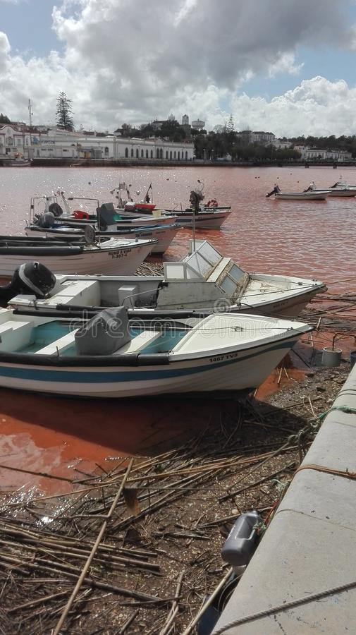 Rio Gilao Tavira in der Flut lizenzfreie stockfotos