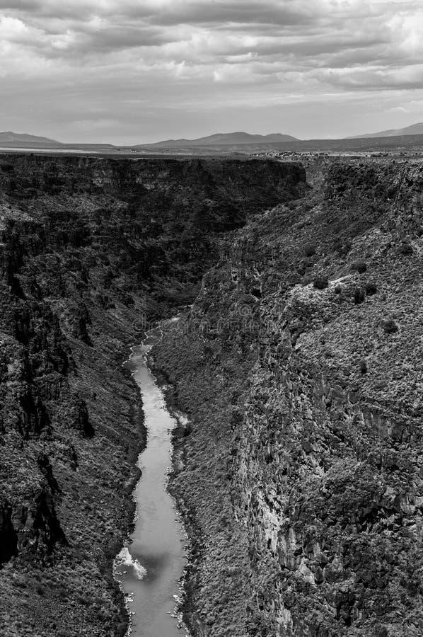 Rio Grande Gorge Canyon blanco y negro fotos de archivo