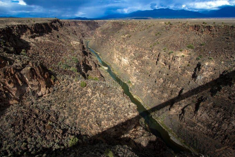 Rio Grande Gorge con una sombra larga de su puente imagen de archivo