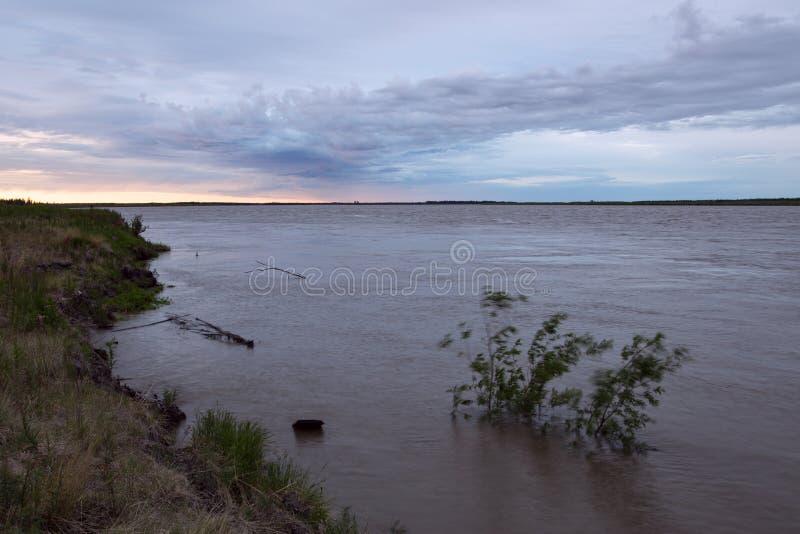 Rio grande que transborda com água enlameada imagem de stock