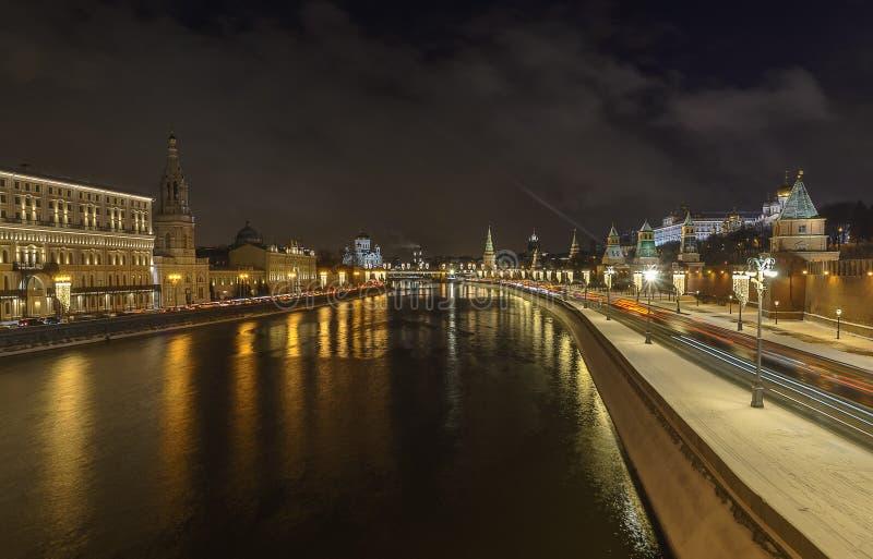 Rio iluminado do Kremlin de Moscou e da Moscou no inverno imagem de stock