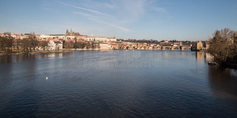 Rio, Karluv a maioria de ponte e Hradcany de Vltava com o castelo do hrad de Prazsky na cidade de Praga na república checa foto de stock