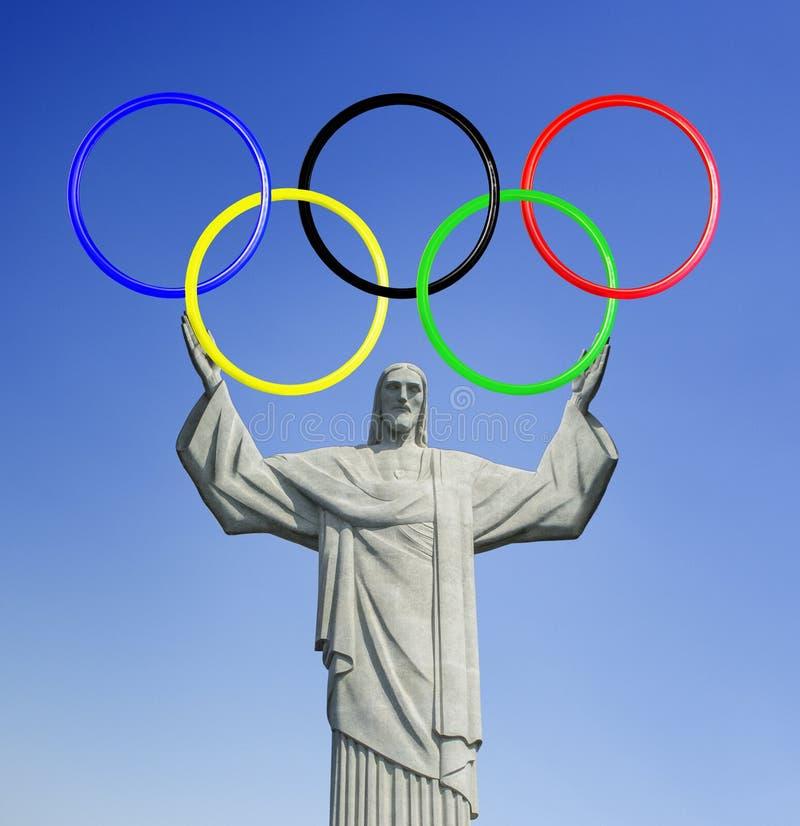 Rio 2016 Le Christ le rédempteur, sur la montagne de Corcovado en Rio de Janeiro Tenir les anneaux olympiques photos stock