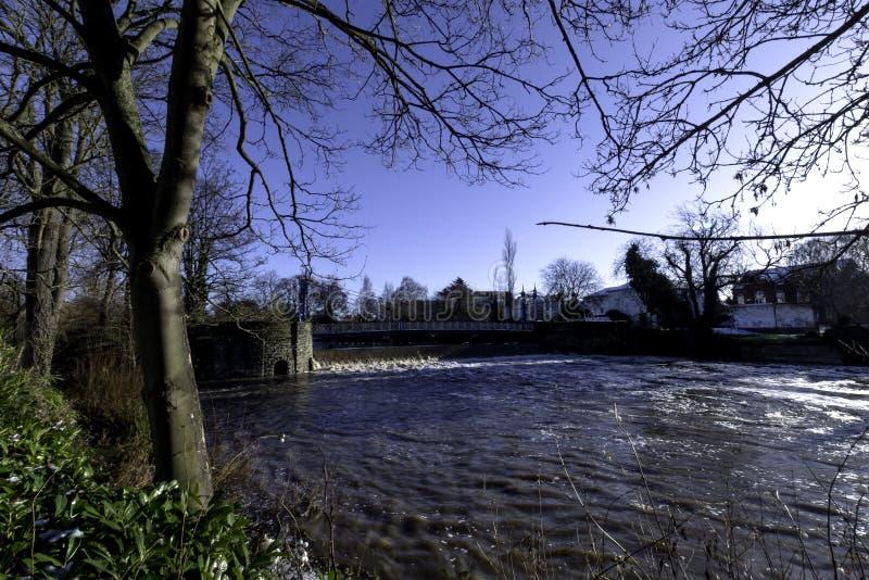 Rio Leam no inverno - sala de bomba/jardins de Jephson, termas reais de Leamington imagens de stock