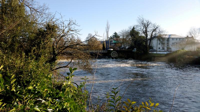 Rio Leam no inverno - sala de bomba/jardins de Jephson, termas reais de Leamington fotografia de stock