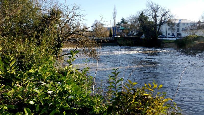 Rio Leam no inverno - sala de bomba/jardins de Jephson, termas reais de Leamington fotos de stock