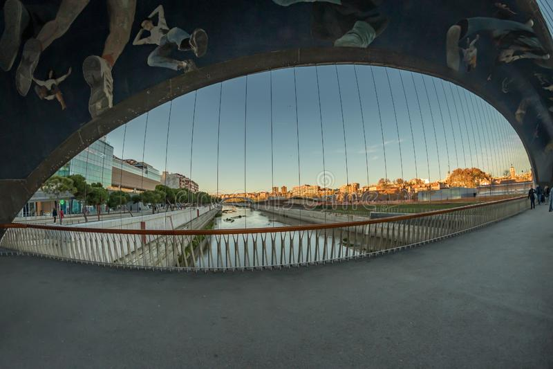 Rio Manzanares Bridge Matadero, Madri imagem de stock