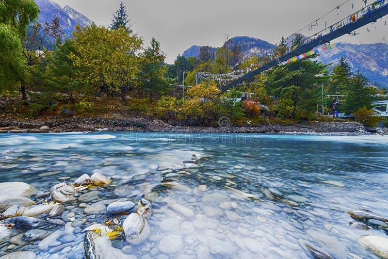 Rio Marsiangdi da montanha nas montanhas dos Himalayas, Nepal, pagamento de Chama, foto de stock