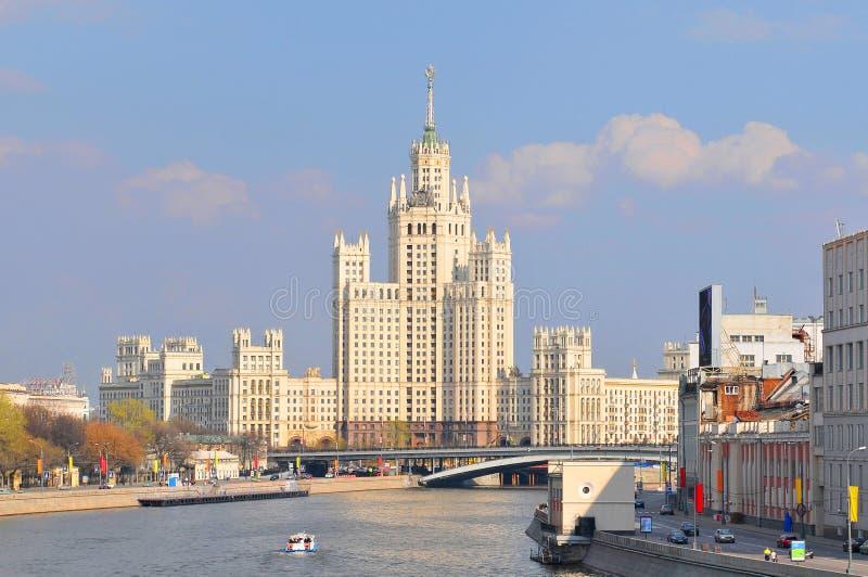 Rio Moscou e Kotelnicheskaya Embankment Edificando um dos sete arranha-céus estalinistas na Rússia imagem de stock