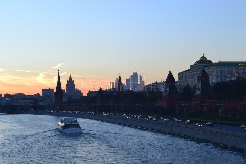 Rio Moscou Kremlin e Moscou no pôr do sol Engarrafamentos e embarcações de excursão fotos de stock